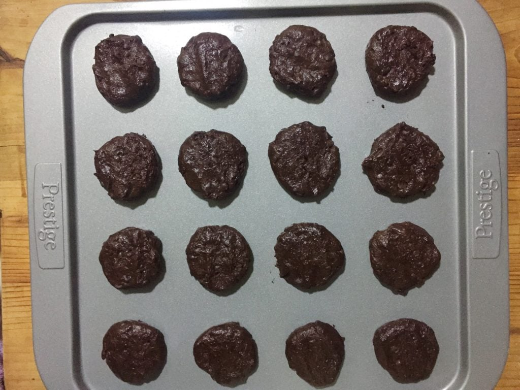Roll out chocolate cookies.
